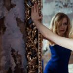 鏡に向かう女性
