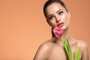 美しい女性とお花